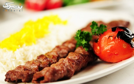 چلوکباب همراه با مخلفات در باغ رستوران تالار سوران
