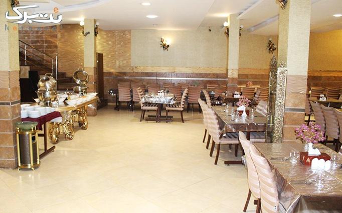 اکبر جوجه مخصوص همراه با سالاد بار در رستوران کاخ