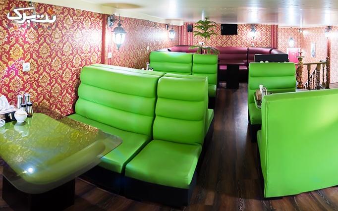 کافه رستوران عصر پاییزی با منوی غذایی و چای سنتی