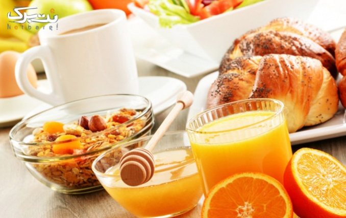 کافه گفتگو با سینی صبحانه لذیذ و پرانرژی