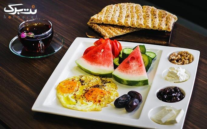 کافه نیمکت با سینی صبحانه مخصوص