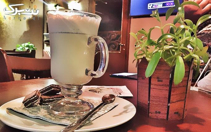 کافه نشین با منوی باز کافی شاپ