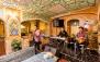 رستوران سنتی اصفهان با سینی غذا دو نفره