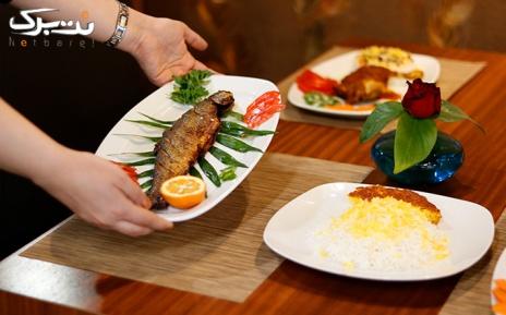 سفارش از منوی غذایی در رستوران سنتی لیوا