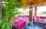 انتخاب از منوی باز غذایی در رستوران پایتخت